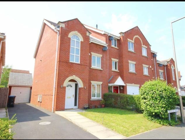 Executive 4Bed Home in Stockport