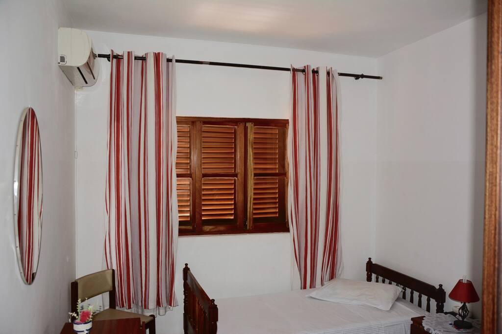 All rooms have optional air conditioner for an additional fee (Todos os quartos têm ar condicionado, opcional por uma taxa adicional).