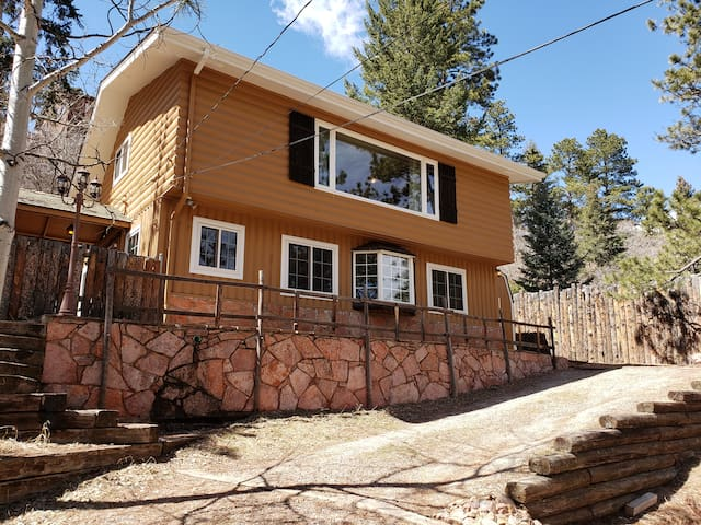 Cozy Cabin for Family and Friends Near Pikes Peak