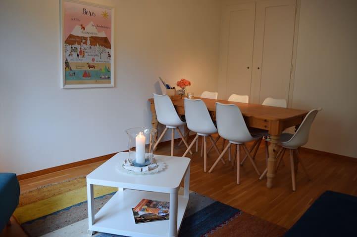 Der grosse Tisch und die bequemen Stühle laden zu langen Gesprächen, gemeinsamen Essen oder arbeiten ein.