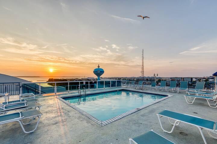 Bayfront condo w/ updated decor, balcony & shared pool - walk to beach!