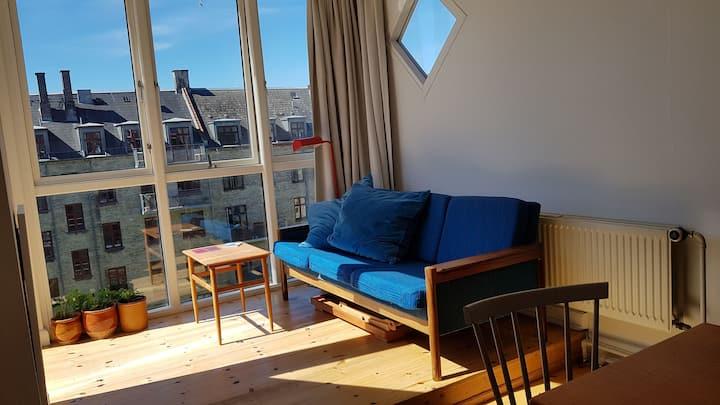 Charmerende lejlighed m. sydvendt karnap og altan.