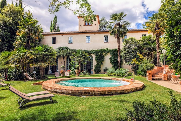 Ancient villa with Jacuzzi, pool and tennis court