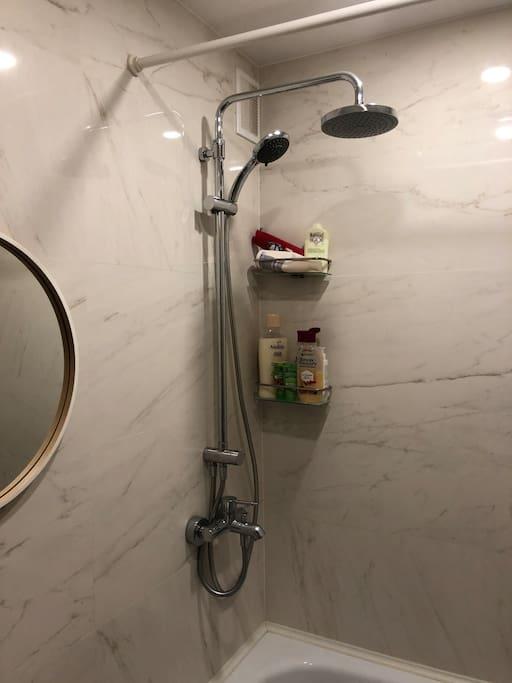 Ванная с отделкой под мрамор