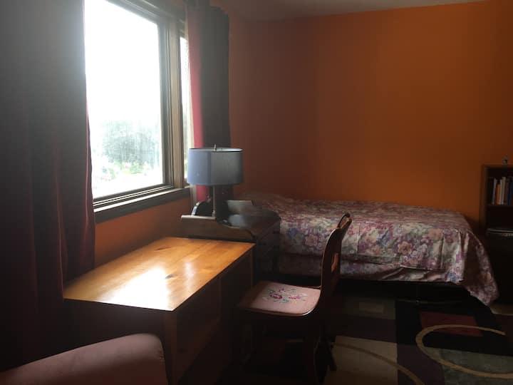 Private bedroom close to Boston (2)