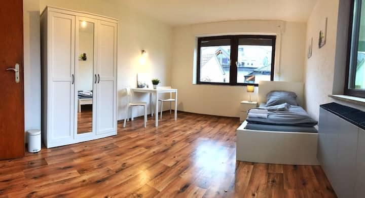 Helles Einzelzimmer + G.KÜche + Tv + SElf Check In
