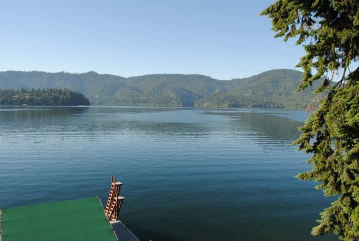 Cozy & quiet lakefront retreat.