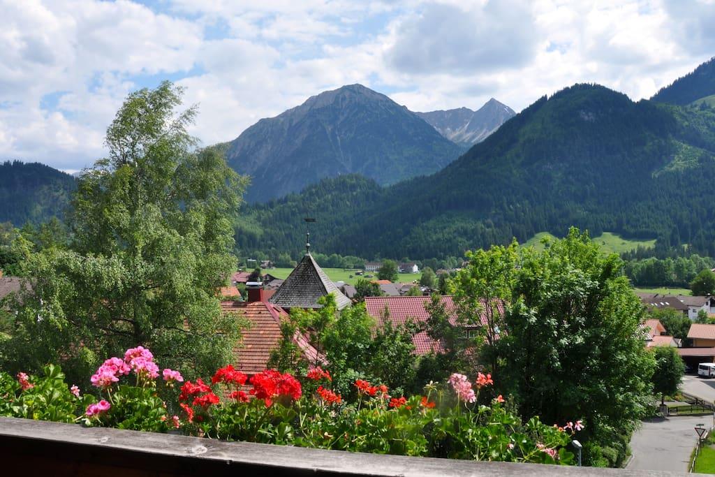 Blick vom Balkon in die Berge.