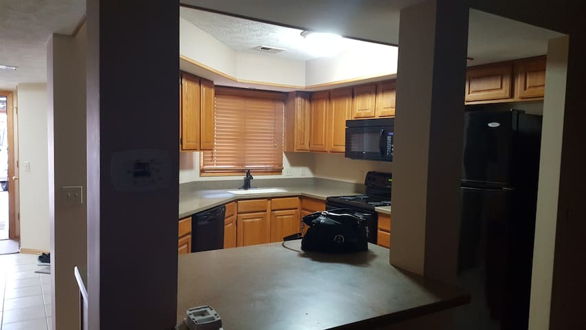Amazing 2 Br TH Close to Downtown and Stadium