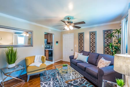 Perfect location, Mins to Uptown, WiFi, King Bed