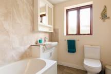 Upstairs bathroom WC, sink & bath