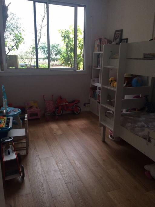 Chambre enfant (lits superposés sécurisés en haut et en bas)