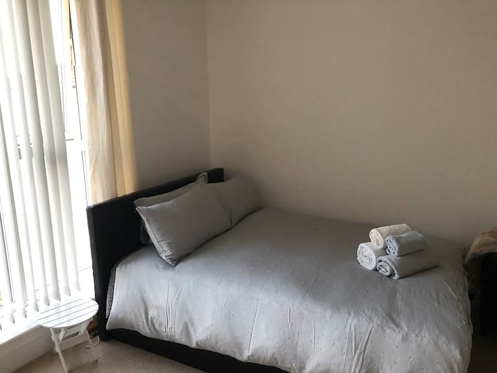 Spacious double-room excellent transport links