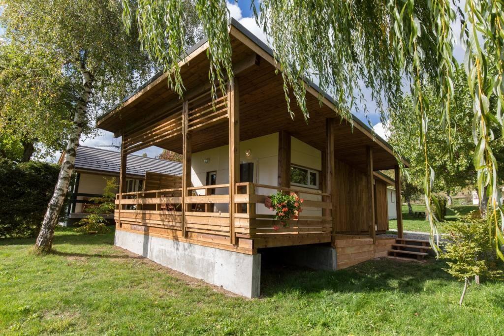 chalet bois grand confort 34m chalets for rent in ancelle provence alpes c te d 39 azur france. Black Bedroom Furniture Sets. Home Design Ideas