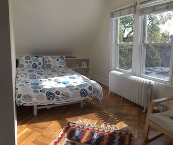 Sunny and cozy bedroom in Ditmas Park - บรุกลิน