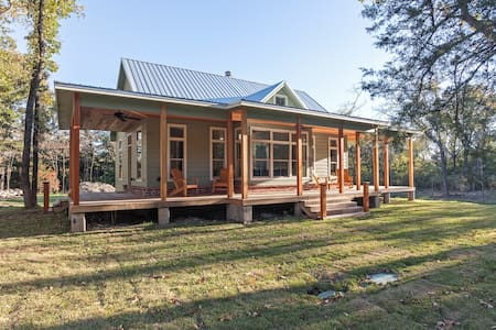 Modern Victorian Cabin in the Woods - Royse City