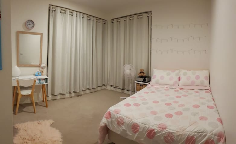 Female share room close to amenities/train station