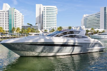 56' Luxury Yacht Rental at Fontainebleau - Miami Beach - Barco