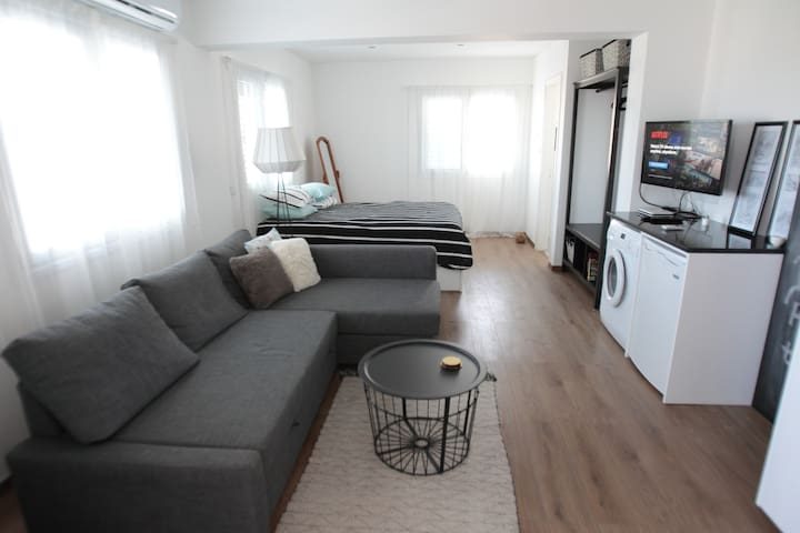 Open plan place with a double bed, a double sofa bed, a flat screen with cable TV, a small kitchen and a veranda!