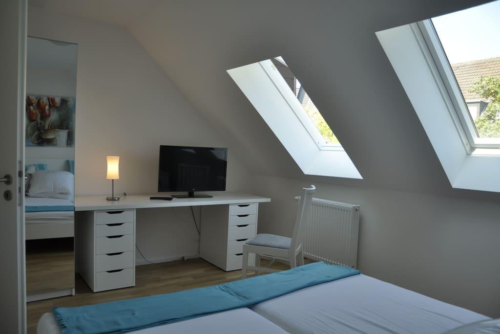 Schlafzimmer m Doppelbett