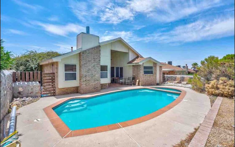 Entire house 3 bedrooms, 2 bath, pool $135/Night