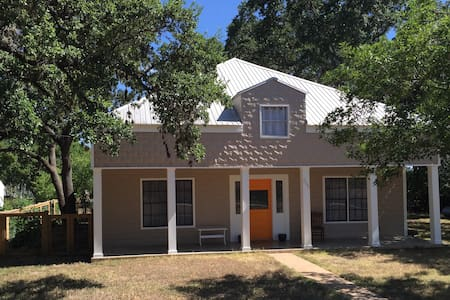 SPACIOUS Texas Hill Country 5/2 Sleeps 12 in Beds - Johnson City - Huis