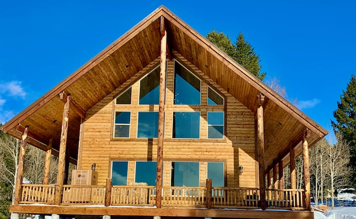 Imperial Elk Lodge-10 Miles to YNP+Hot Tub+Wifi+AC