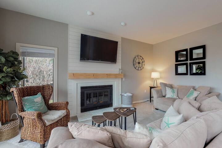Newly-remodeled, modern townhouse w/ shared pool & private beach access!