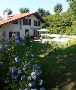 Studio neuf dans grand jardin - Mouguerre - Leilighet