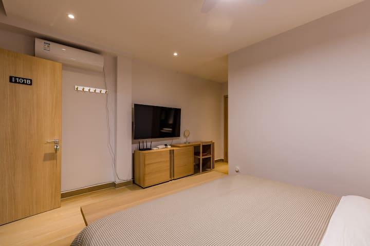一楼主卧室1.8米床,写字台,带空调,风扇,高级床垫,床品,带独立卫生间,24小时空气能淋浴。