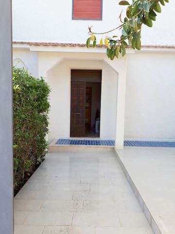 Casa Sandra è stata ristrutturata , sono stati rifatti intonaci esterni e pavimentazione di verande e balconi...questo è l'ampio ingresso dell'appartamento, viale illuminato