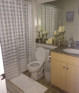 1 large bedroom w private bathroom - Tustin - Condominium