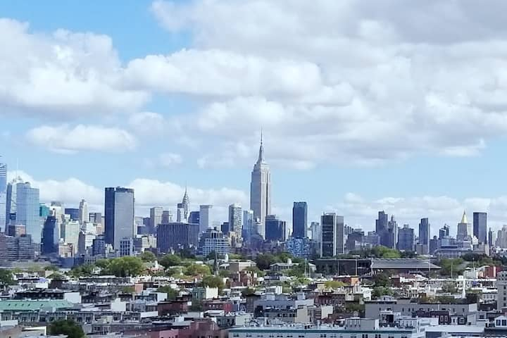 2 Full Beds: 20-30 min to Times Square, WTC/FiDi