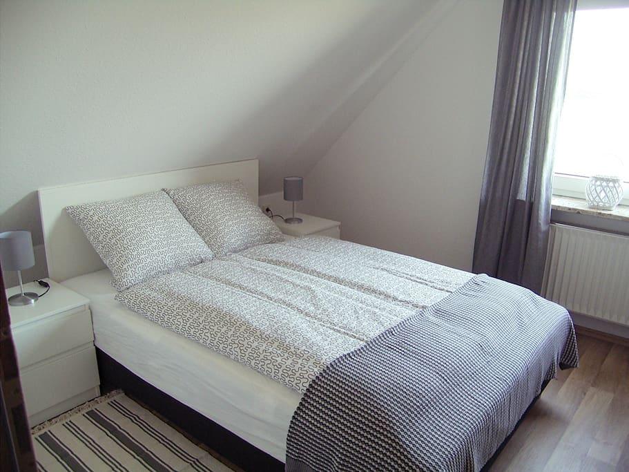 Schlafzimmer mit Doppelbett 1,40x2,00m und Kleiderschrank
