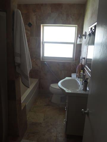 Bano principal/Main Bath with tub & shower