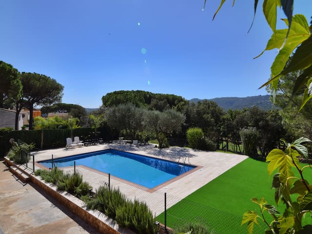 VILLA GAUDI, HOUSE FOR 10 PEOPLE, WITH PRIVATE SWIMMING POOL AND GARDEN