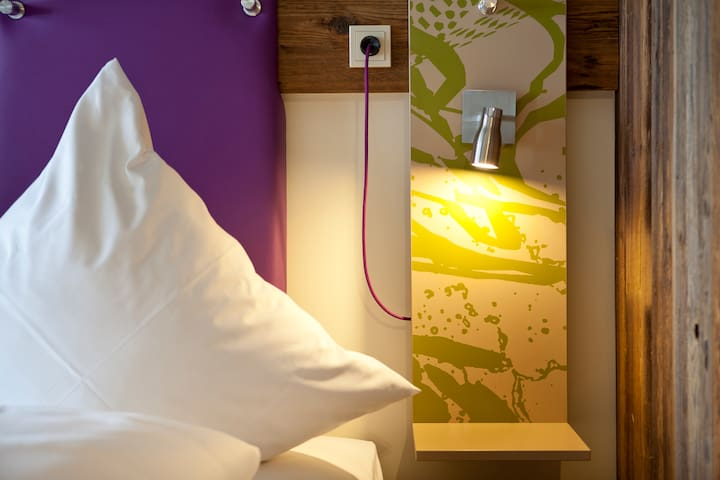Trendige Design-Zimmer mit massiven Holzwänden
