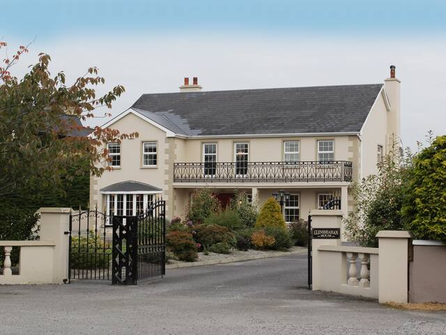 8 BR Luzury Home - sleeps 15 - Free parking/ Wi-Fi - Killarney - Hus