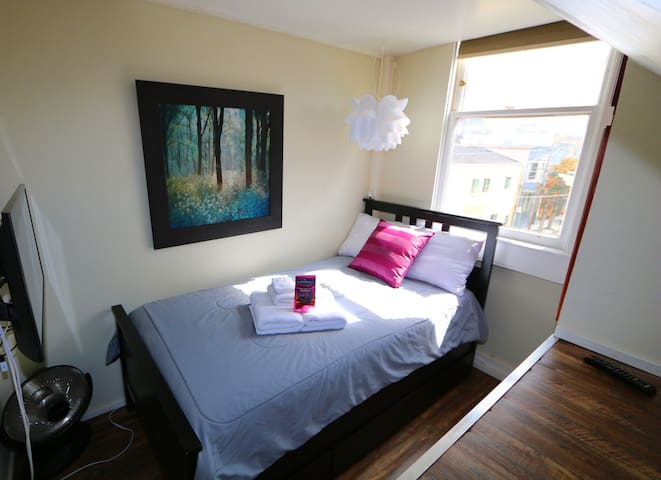 Super Small Private Room-Twin Bed -Best Location
