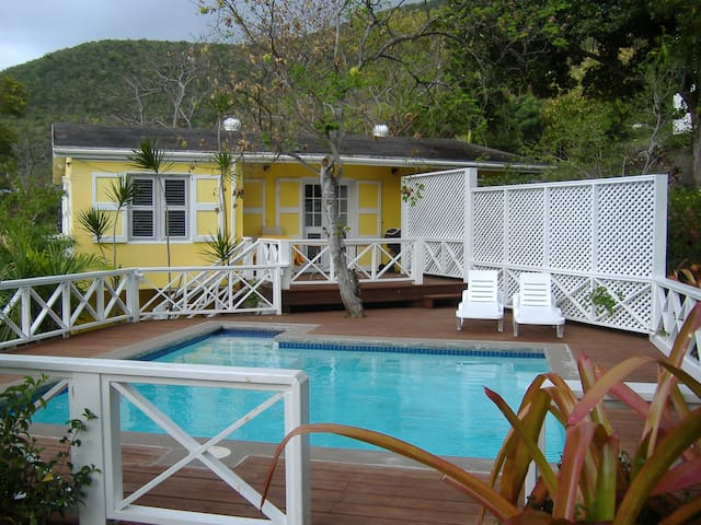 """BANANAQUIT"" COTTAGE BESIDES BEACH in Oualie Bay. - KN - Ev"