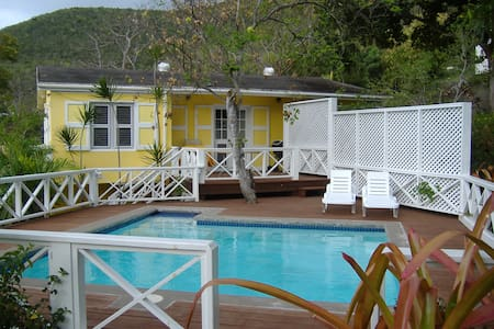 """BANANAQUIT"" COTTAGE BESIDES BEACH in Oualie Bay."
