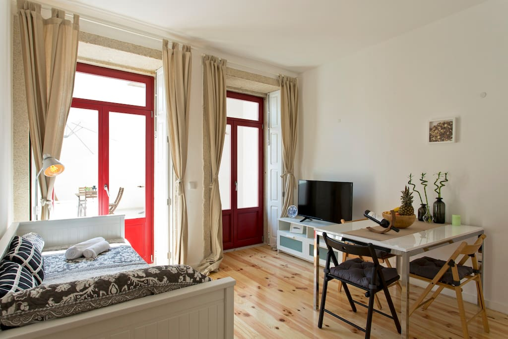 Cosy Flat full of natural light. It is the best option for couples, individual adventurers, small groups and businesses travelers who want to enjoy everything Porto has to offer.