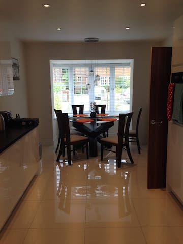 Kitchen & Dinning table for 6
