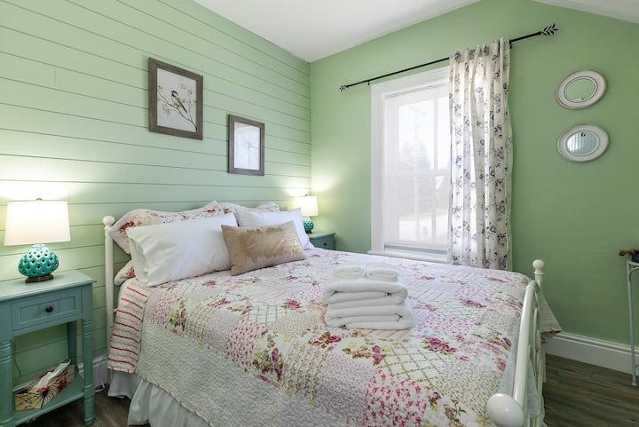 Rocklyn Inn Bed & Breakfast- Queen Vintage Room