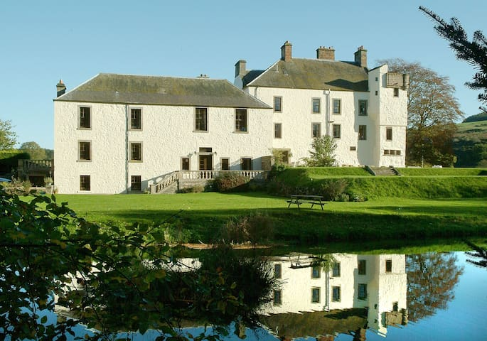 Garden Apartment on large estate, Fife, with leisure facilities, play park and great walks. sleeps 3