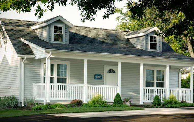 Lavendar Fields Cottage/Jacuzzi, Fireplace, Kitchenette, walk to Main St. shopping in Berlin