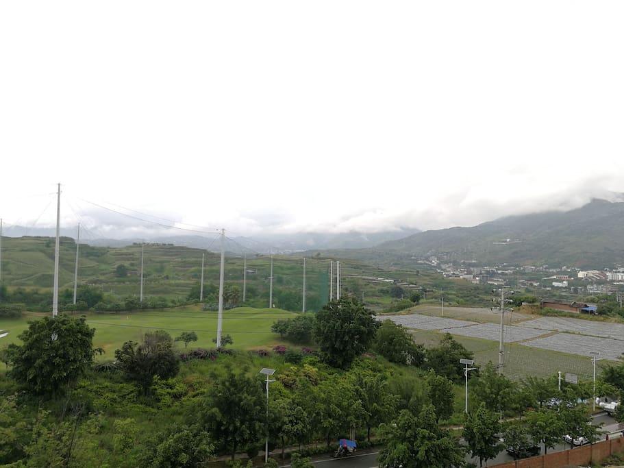 阳台看高尔夫球场和远山
