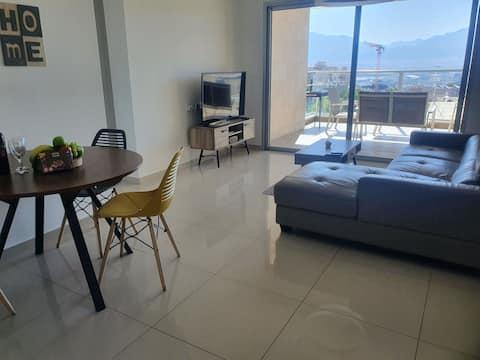 Здравствуйте 👋  Мы предлагаем апартаменты для отдыха в Эйлате. Широкий выбор апартаментов. Есть апартаменты с двумя спальными комнатами, двумя туалетами и большой гостиной, где можно разместить до 8 взрослых.