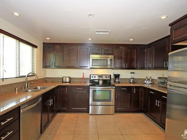 Golf Condo3Br2Ba High Ceilings, recently renovated