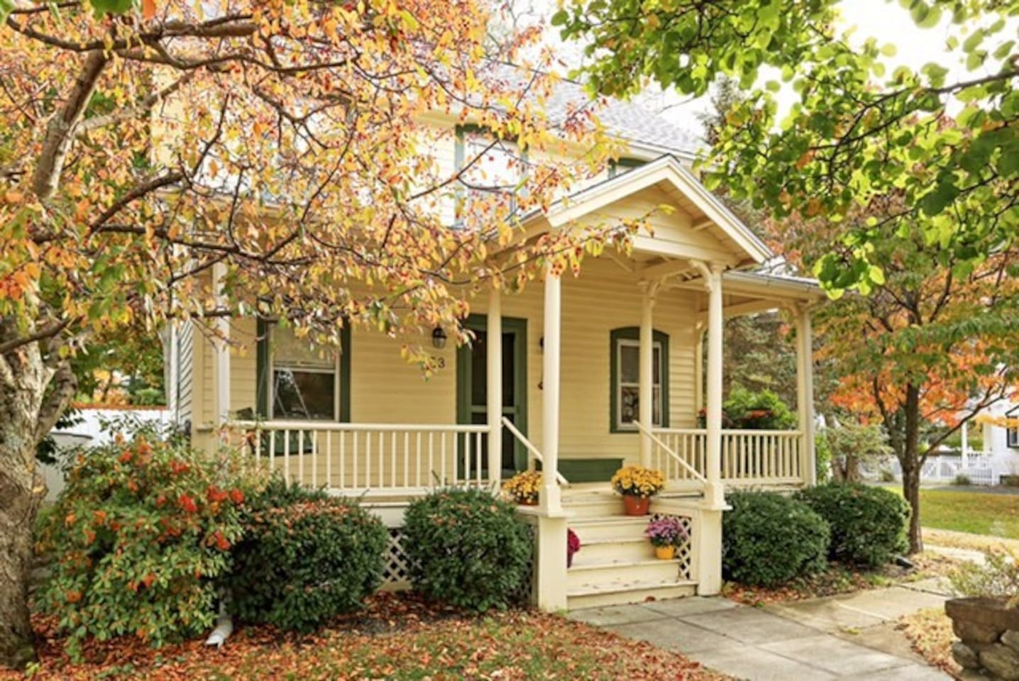 charming 3BR house, minutes walk to hiking trails and close to Main st!